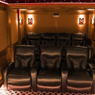 Неиссякаемый источник вдохновения для домашнего уюта: изолированный домашний кинотеатр среднего размера в классическом стиле с ковровым покрытием