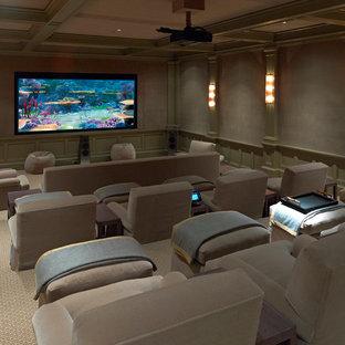 Diseño de cine en casa cerrado, clásico, grande, con moqueta, pantalla de proyección, suelo beige y paredes grises