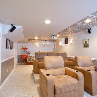 Mittelgroßes, Abgetrenntes Klassisches Heimkino mit bunten Wänden, Teppichboden, Leinwand und beigem Boden in Newark
