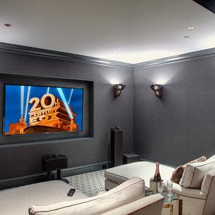 Foto di un piccolo home theatre minimal chiuso con pareti grigie, moquette e TV a parete
