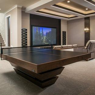 Bild på ett stort funkis öppen hemmabio, med beige väggar, heltäckningsmatta, projektorduk och beiget golv