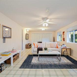 Großes, Abgetrenntes Klassisches Heimkino mit weißer Wandfarbe, Linoleum, Wand-TV und buntem Boden in Seattle