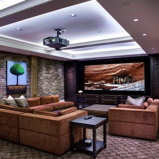 Großes, Offenes Klassisches Heimkino mit brauner Wandfarbe, Teppichboden, Leinwand und braunem Boden in Vancouver
