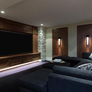 Esempio di un grande home theatre minimal chiuso con pareti beige, pavimento in legno massello medio, parete attrezzata e pavimento blu