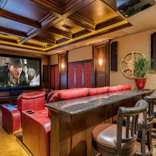 Ispirazione per un home theatre american style con pareti beige, schermo di proiezione e pavimento beige