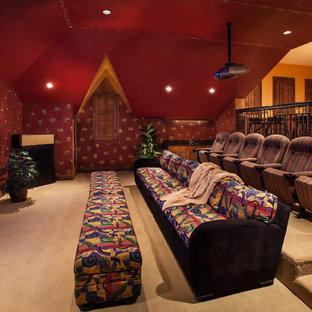 Immagine di un home theatre mediterraneo con pareti rosse e moquette
