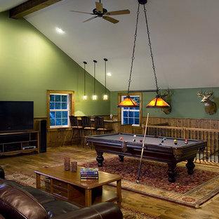Immagine di un grande home theatre tradizionale chiuso con pareti verdi, pavimento in legno massello medio e pavimento marrone