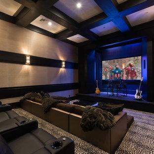 Cette photo montre une grand salle de cinéma tendance avec un mur beige, moquette, un téléviseur encastré et un sol multicolore.