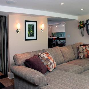 Mittelgroßes, Offenes Klassisches Heimkino mit beiger Wandfarbe, Linoleum, Wand-TV und buntem Boden in Milwaukee