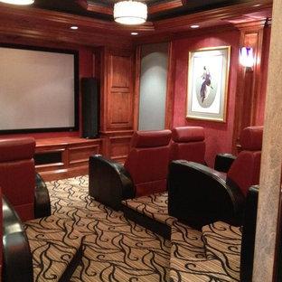 Idee per un piccolo home theatre minimal chiuso con pareti rosse, moquette e schermo di proiezione