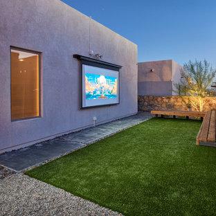 Kleines, Offenes Modernes Heimkino mit weißer Wandfarbe, Betonboden, Leinwand und grünem Boden in Austin