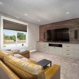 Großes, Abgetrenntes Klassisches Heimkino mit grauer Wandfarbe, Teppichboden, Wand-TV und grauem Boden in Portland