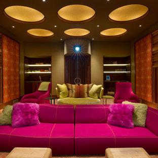 Abgetrenntes Modernes Heimkino mit bunten Wänden, Teppichboden und orangem Boden in New York