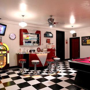 Abgetrenntes Modernes Heimkino mit weißer Wandfarbe, Porzellan-Bodenfliesen und Wand-TV in Sonstige
