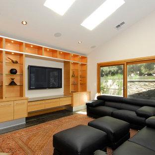 Foto di un home theatre design con pareti bianche