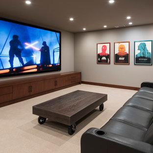 Großes, Abgetrenntes Modernes Heimkino mit grauer Wandfarbe, Teppichboden, Wand-TV und beigem Boden in San Diego