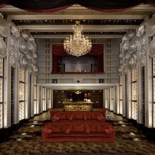 Cette image montre une salle de cinéma victorienne de taille moyenne et fermée avec un écran de projection.