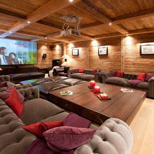 Esempio di un home theatre stile rurale chiuso con pareti marroni, parquet chiaro, schermo di proiezione e pavimento beige