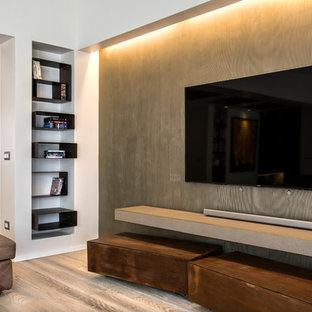 Immagine di un grande home theatre contemporaneo aperto con pareti marroni, pavimento in legno verniciato e parete attrezzata