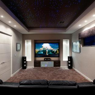 Aménagement d'une salle de cinéma contemporaine fermée avec moquette, un écran de projection, un sol marron et un mur gris.