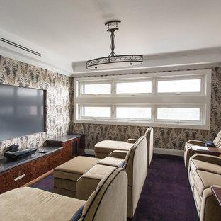 Foto di un home theatre chic chiuso con pareti multicolore, moquette e pavimento viola