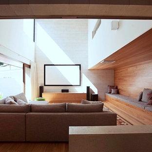 Foto på ett mycket stort funkis avskild hemmabio, med grå väggar, travertin golv och projektorduk