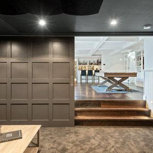Mittelgroßes, Abgetrenntes Mid-Century Heimkino mit brauner Wandfarbe, Teppichboden, Leinwand und braunem Boden in Brisbane