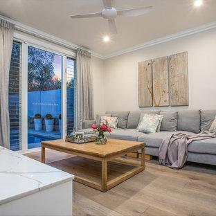 Kleines, Abgetrenntes Klassisches Heimkino mit beiger Wandfarbe, gebeiztem Holzboden, Wand-TV und beigem Boden in Brisbane