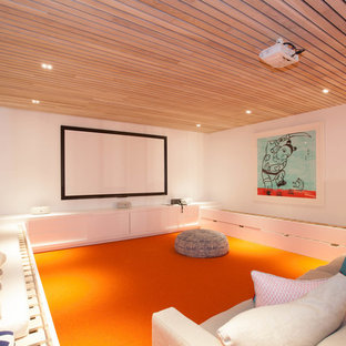 Mittelgroßes, Abgetrenntes Modernes Heimkino mit weißer Wandfarbe, Teppichboden, Leinwand und orangem Boden in Sydney