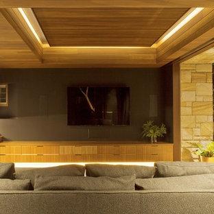 Ispirazione per un grande home theatre minimal chiuso con pareti grigie, pavimento in ardesia e TV a parete