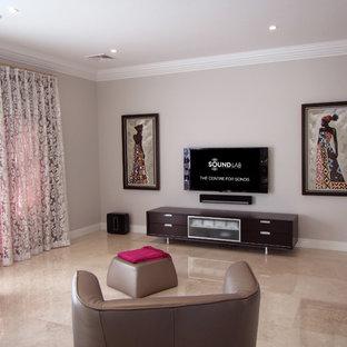 Mittelgroßes, Offenes Modernes Heimkino mit weißer Wandfarbe, Marmorboden und Wand-TV in Perth