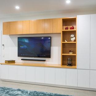 Großes, Offenes Modernes Heimkino mit weißer Wandfarbe, Porzellan-Bodenfliesen, Wand-TV und beigem Boden in Brisbane