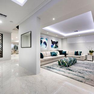 Großes, Offenes Modernes Heimkino mit weißer Wandfarbe, Porzellan-Bodenfliesen, Wand-TV und weißem Boden in Perth