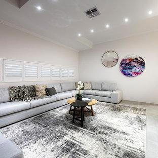 Ispirazione per un home theatre minimal di medie dimensioni e aperto con pareti bianche, schermo di proiezione, pavimento grigio e pavimento in terracotta