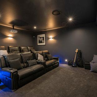 Modelo de cine en casa cerrado, actual, con paredes grises, moqueta y suelo gris