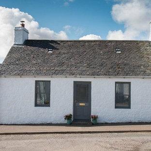Diseño de fachada de casa bifamiliar blanca, ecléctica, pequeña, de una planta, con revestimiento de piedra, tejado a dos aguas y tejado de teja de barro