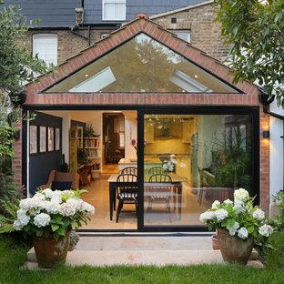 Diseño de fachada de casa pareada multicolor, ecléctica, de tamaño medio, de tres plantas, con revestimiento de ladrillo, tejado a dos aguas y tejado de teja de barro