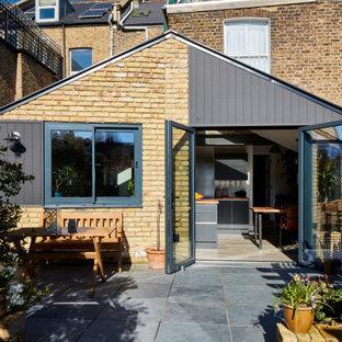 Ispirazione per la facciata di un appartamento piccolo beige moderno a due piani con rivestimenti misti e tetto a capanna