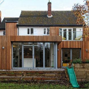 ウエストミッドランズのトランジショナルスタイルのおしゃれな家の外観 (木材サイディング、茶色い外壁、戸建、混合材屋根、切妻屋根) の写真