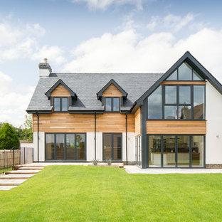 Идея дизайна: белый, двухэтажный дом среднего размера в современном стиле с комбинированной облицовкой и двускатной крышей