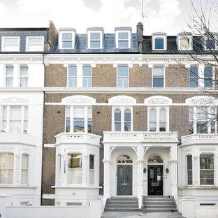 ロンドンのトラディショナルスタイルのおしゃれな家の外観 (レンガサイディング、茶色い外壁、タウンハウス) の写真