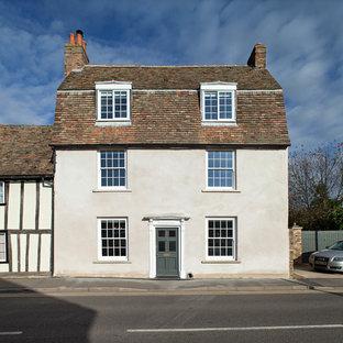 ケンブリッジシャーのカントリー風おしゃれな家の外観 (漆喰サイディング、デュープレックス) の写真