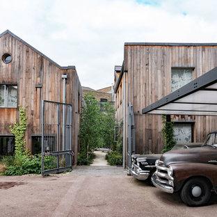 Diseño de fachada de casa marrón, urbana, extra grande, de tres plantas, con revestimiento de madera, tejado a dos aguas y tejado de teja de barro