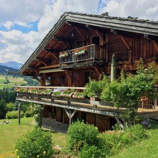 Aménagement d'une façade en bois marron montagne à deux étages et plus et de taille moyenne avec un toit à deux pans.