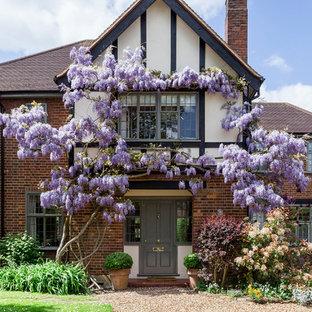 Idee per la facciata di una casa unifamiliare multicolore classica a due piani di medie dimensioni con tetto a padiglione e rivestimenti misti