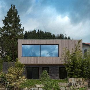 Zweistöckiges, Braunes Modernes Einfamilienhaus mit Mix-Fassade und Flachdach in London
