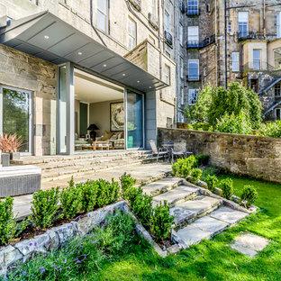 エディンバラの中くらいのコンテンポラリースタイルのおしゃれな家の外観 (メタルサイディング、グレーの外壁、アパート・マンション) の写真