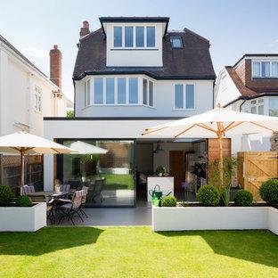 ロンドンのコンテンポラリースタイルのおしゃれな家の外観 (半切妻屋根) の写真