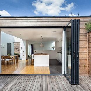 Идея дизайна: фасад дома в современном стиле