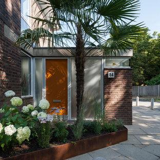 Diseño de fachada roja, retro, pequeña, de dos plantas, con revestimiento de ladrillo y tejado plano